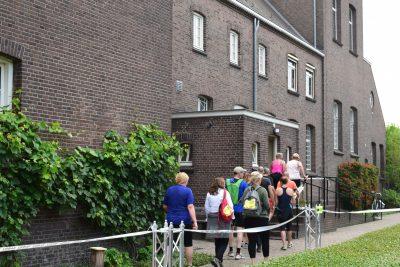 deelnemers gaan door klooster breda
